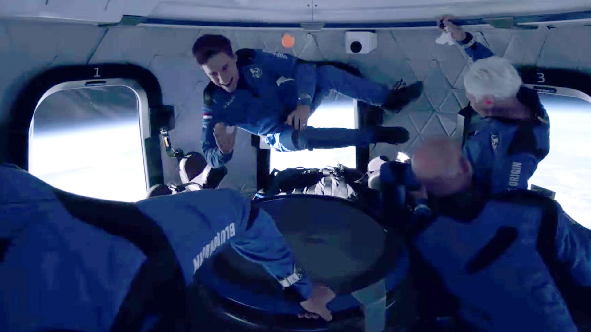 'Đường lên vũ trụ cho con cháu xây tương lai': tỉ phú Bezos hoàn thành chuyến bay lịch sử